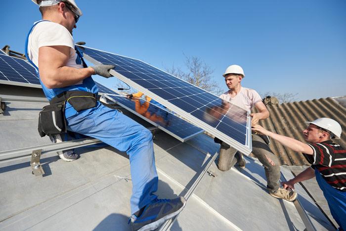 Jak działa fotowoltaika - system fotowoltaiczny na dachu ekologicznego domu - otwartaenergia.pl