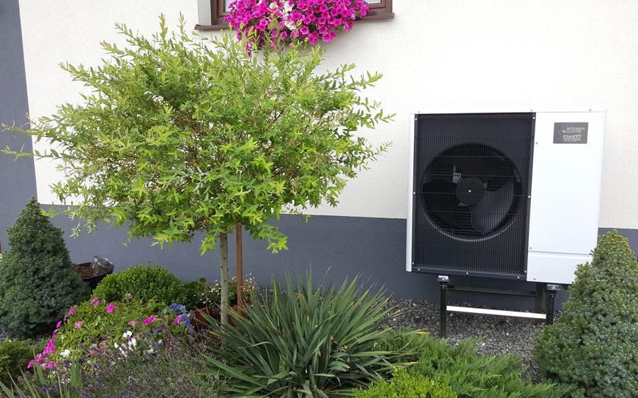 Powietrzna pompa ciepła zainstalowana przed domem, ile to kosztuje - otwartaenergia.pl