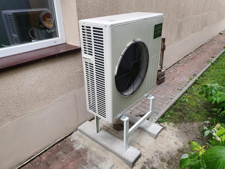 Zainstalowana przed domem pompa cippła o dobrze dobranej mocy – otwartaenergia.pl