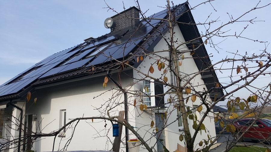Panele fotowoltaiczne i pompa ciepła – instalacja zamontowana na dachu i elewacji budynku - otwartaenergia.pl